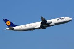 Lufthansa-de luchthaven van Frankfurt van het Luchtbusa340-300 vliegtuig Royalty-vrije Stock Fotografie