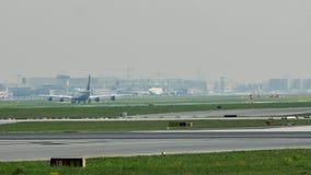 Lufthansa en Oman Air in de Luchthaven van Frankfurt, FRA stock footage