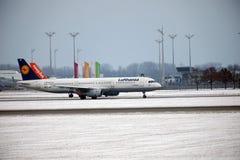 Lufthansa et Easyjet faisant le taxi côte à côte dans l'aéroport de Munich Photographie stock libre de droits