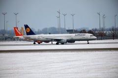 Lufthansa et Easyjet faisant le taxi côte à côte dans l'aéroport de Munich Photo stock