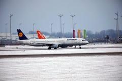 Lufthansa et Easyjet faisant le taxi côte à côte dans l'aéroport de Munich Photo libre de droits