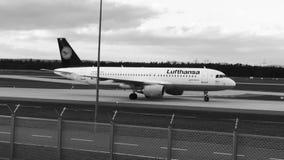 Lufthansa-Flugzeug, das nordwestlich auf Rollbahn, Frankfurt mit einem Taxi fährt stock video