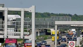 Lufthansa-Flugzeug, das Taxi auf der Brücke in Frankfurt-Flughafen, FRA tut stock video