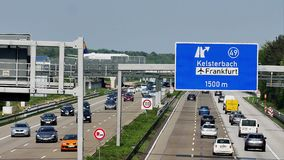 Lufthansa-Flugzeug, das Taxi auf der Brücke in Frankfurt-Flughafen, FRA tut stock footage