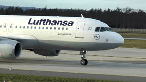 Lufthansa-Flugzeugmit einem taxi fahren stock footage