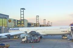 Lufthansa flyg på porten Royaltyfria Foton