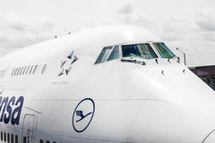 Lufthansa flyg som är klart att head arkivbild