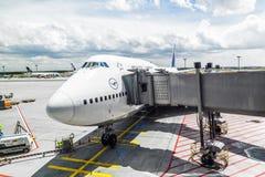 Lufthansa flyg som är klart att head royaltyfria foton