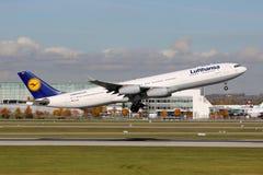 Lufthansa flygbuss A340-300 Royaltyfri Bild
