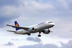 Lufthansa flygbuss A320 Fotografering för Bildbyråer