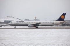 Lufthansa flygbuss A321-200 D-AIDB som åker taxi i den Munich flygplatsen, vintertid Arkivfoton