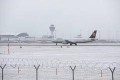 Lufthansa flygbuss A321-200 D-AIDC som åker taxi i den Munich flygplatsen, vintertid Arkivbild