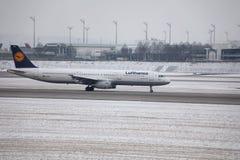 Lufthansa flygbuss A321-200 D-AIDX som åker taxi i den Munich flygplatsen, vintertid Royaltyfria Bilder
