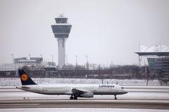 Lufthansa flygbuss A321-200 D-AIDX som åker taxi i den Munich flygplatsen, vintertid Arkivfoto