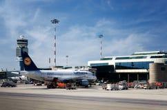 Lufthansa flygbuss i den Malpensa flygplatsen arkivbilder