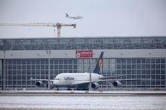 Lufthansa flygbuss A380 i den Munich flygplatsen MUC Royaltyfria Foton