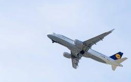 Lufthansa flygbuss A320 i himlen Arkivbilder