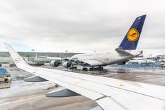 Lufthansa flygbuss A380 på den Frankfurt flygplatsen Arkivbild