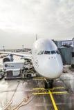 Lufthansa flygbuss A380 på porten av den Frankfurt flygplatsen Arkivfoto