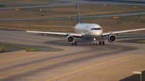 Lufthansa flygbuss 320 som åker taxi arkivfilmer