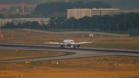 Lufthansa flygbuss 320 som bromsar stock video