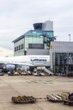 Lufthansa flygplan är klart för att lämna flygplatsen Arkivfoton
