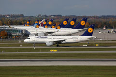 Lufthansa flygplan på den Munich flygplatsen Fotografering för Bildbyråer