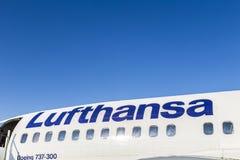 Lufthansa flygplan under blå himmel Arkivfoton