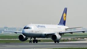 Lufthansa hebluje obracać z lewej strony w Frankfurt lotnisku, FRA