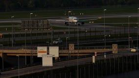 Lufthansa hebluje robić taxi w Monachium lotnisku, evening światło