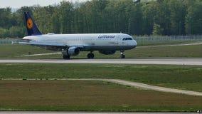 Lufthansa hebluje taxiing na pasie startowym, Frankfurt, FRA