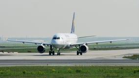Lufthansa hebluje taxiing w Frankfurt lotnisku, FRA