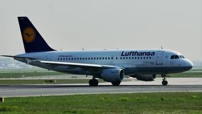 Lufthansa hebluje taxiing w Frankfurt lotnisku, FRA, boczny widok od trawa pozioma