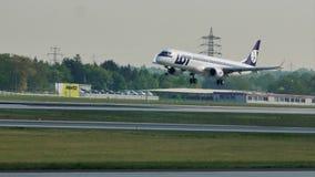 Lufthansa hyvlar att göra taxi- och LOTTflygplanlandning på den Frankfurt flygplatsen, FRA lager videofilmer