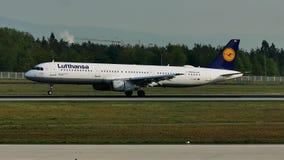 Lufthansa hyvlar landning på den Frankfurt flygplatsen, FRA stock video