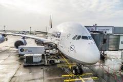 Lufthansa-Luchtbus A380 bij de Poort van de Luchthaven van Frankfurt Royalty-vrije Stock Fotografie