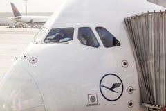 Lufthansa-Luchtbus A380 bij de Poort van de Luchthaven van Frankfurt Royalty-vrije Stock Afbeeldingen
