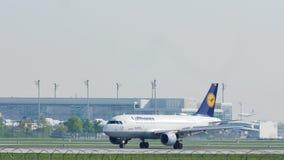 Lufthansa-Luchtbus A319-100 D-AIBG in de Luchthaven van München, de lente stock videobeelden