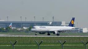Lufthansa-Luchtbus A320-200 D-AIQF in de Luchthaven van München, de lente