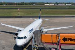 Lufthansa-Luchtbus A321 die bij de poort van Berlin Tegel-luchthaven aankomen royalty-vrije stock foto's