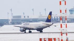Lufthansa-Luchtbus A319-100 die D-AIBB, de Luchthaven van München, de wintertijd opstijgen stock videobeelden