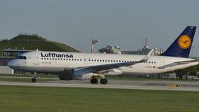 Lufthansa-Luchtbus die de Luchthaven van taximünchen doen, bij het gelheuvel van Besucherhà ¼