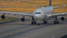 Lufthansa-Luchtbus 340 die taxi?en stock videobeelden