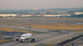 Lufthansa-Luchtbus 320 die taxi?en stock video