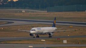 Lufthansa-Luchtbus 320 die taxi?en stock videobeelden