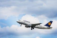 Lufthansa-Luchtbus die van de Luchthaven van Zagreb opstijgen Stock Afbeeldingen
