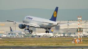 Lufthansa-Luchtbus A319 het landen stock footage