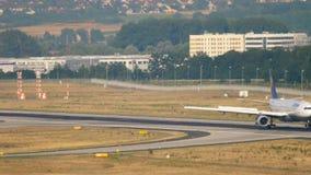 Lufthansa-Luchtbus A330 het remmen stock video