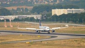 Lufthansa-Luchtbus A330 het remmen stock videobeelden