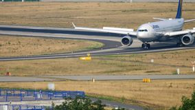 Lufthansa-Luchtbus A330 het taxi?en stock footage
